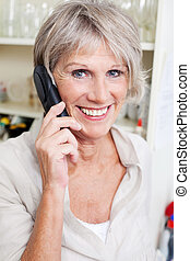 älter, sprechende , lächeln, dame, telefon