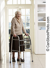 Ältere, ältere Frau mit Laufsteg