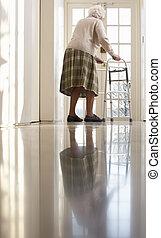 Ältere Frau, die einen Fußrahmen benutzt.