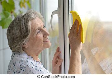 ältere frau, window, reinigt