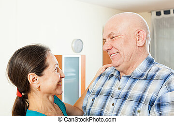 Älterer Mann mit geliebter Frau