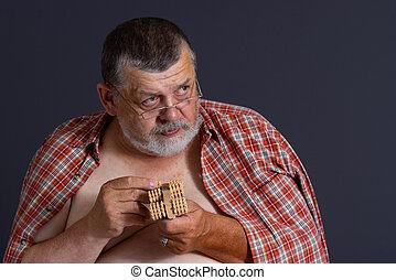 Älterer Mann mit hölzerner Massage.