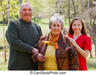 Älteres Paar und junger Pfleger.