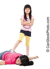 Ärgerliches Mädchen und müde Mutter liegen auf dem Boden