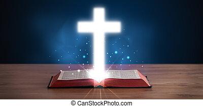 Öffne heilige Bibel mit leuchtendem Kreuz in der Mitte