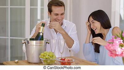 öffnung, paar, junger, schockiert, während, champagner