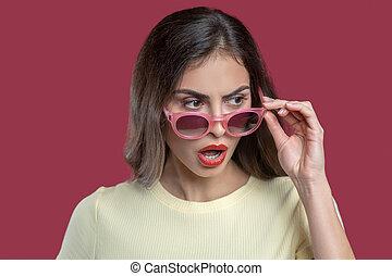 überrascht, brille, mund, aus, frau, rgeöffnete, nehmen