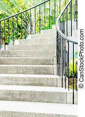 Abstrakte Treppe im Garten.
