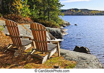 Adirondack-Stühle am Seeufer