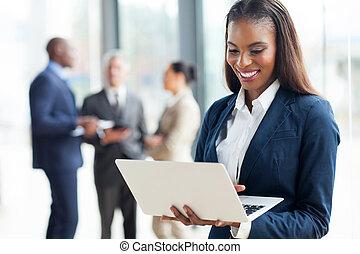 Afroamerikanische Geschäftsfrau mit Laptop