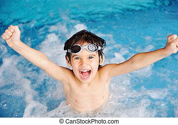Aktivitäten am Pool, Kinder schwimmen und spielen in Wasser, Glück und Sommerzeit