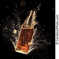 Alkohol spritzt um die Flasche, isoliert auf schwarzem Hintergrund