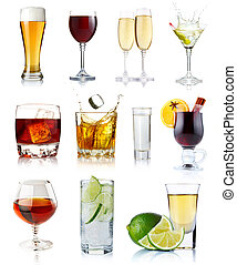 Alkoholgetränke in Gläsern, isoliert auf Weiß
