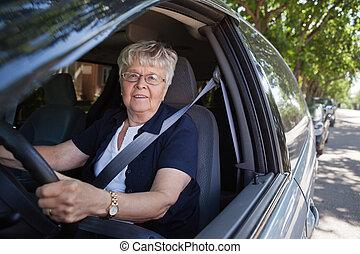 Alte Frau, die Auto fährt