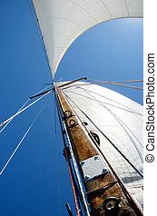 Alte Holzmasten und weiße Segel, Sicht vom Bootsdeck aus
