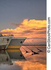 Alte Tanker im Sonnenuntergang
