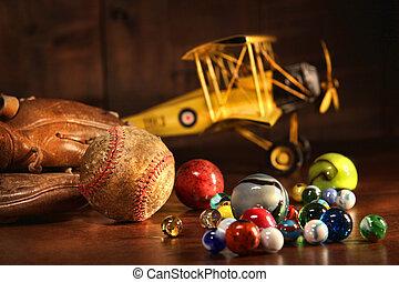 Alter Baseball und Handschuh mit antiken Spielzeugen