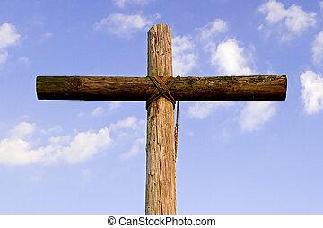 Altes, raues Kreuz und blauer Himmel