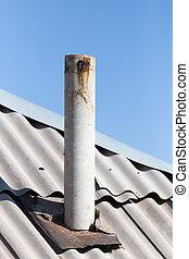 Altes Rohr auf dem Dach.