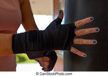anfall, frau, hüllen, boxen, nahaufnahme, verband, oder, junger, sie, setzen, hände