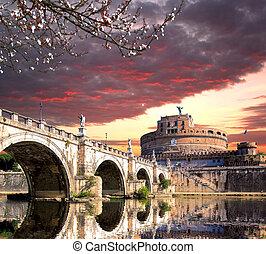 Angel Schloss mit Brücke auf dem Tiber Fluss in Rom, italy.