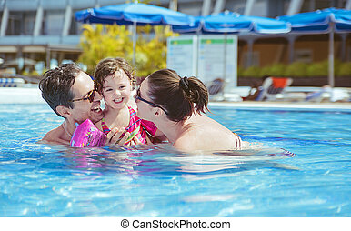 Angenehme Familie im Schwimmbad.