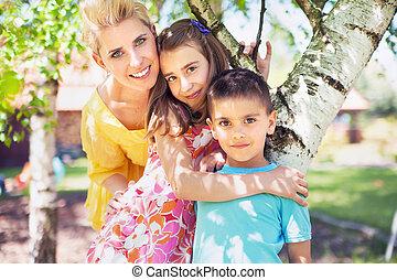 Angenehme Familienumarmung im Garten