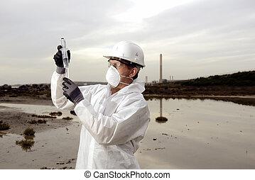 Arbeiter in einem Schutzanzug, der Umweltverschmutzung untersucht.