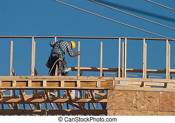 Arbeiter mit Nagelpistole