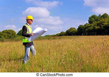 Architekt, der ein neues Gebäude untersucht