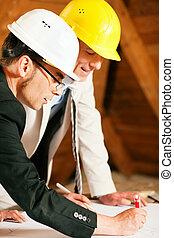 Architekt und Bauingenieur diskutieren über den Plan