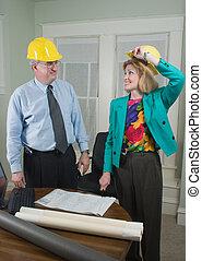 Architekt und Klient sehen sich die Pläne 5 an