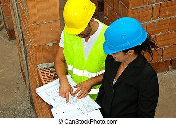 Architekten mit Projekt vor Ort