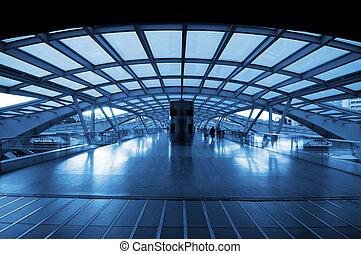 Architektur des modernen Bahnhofs.