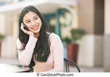 Asiatin am Telefon