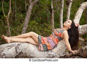Asiatische Frau in der Natur.