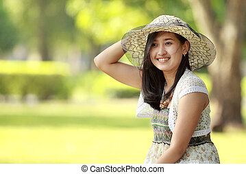 Asiatische junge Frau lächelt