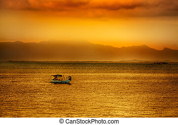 Asiatischer Sonnenuntergang über Wasser