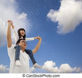 Asiatischer Vater und Tochter unter Cloudfield