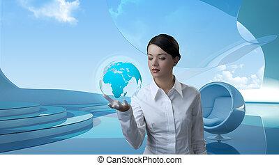 Attraktive Brünette mit Globus in Zukunft