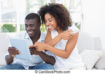 attraktive, paar, couch, schauen, tablette, zusammen, sitzen
