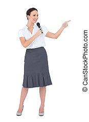 Attraktiver Moderator mit Mikrofon