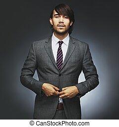 Attraktives junges männliches Model mit stilvollem Anzug
