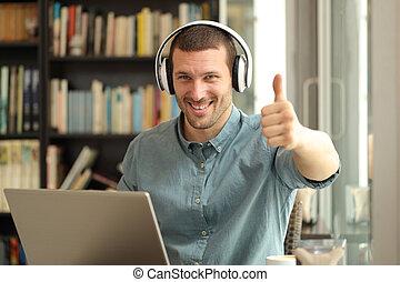 auf, daumen, glücklich, laptop, erwachsener, kopfhörer, mann