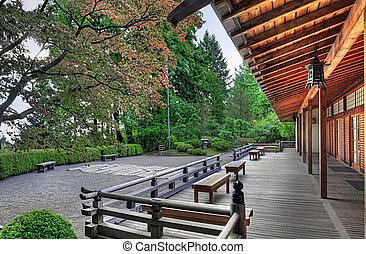 Auf dem Pavillon im japanischen Garten
