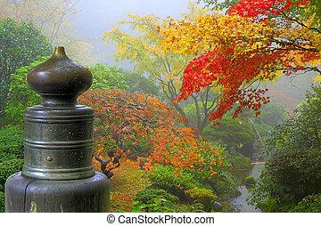 Auf der Holzbrücke im japanischen Garten