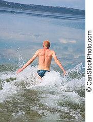Aus dem Wasser springen
