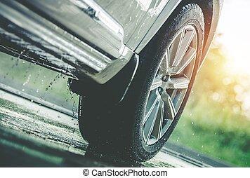Auto fährt im Regen