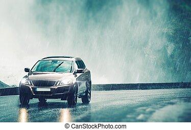 Auto fahren in starkem Regen