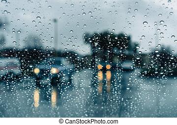 Autos fahren durch starken Regen; Regentropfen auf der Windschutzscheibe.